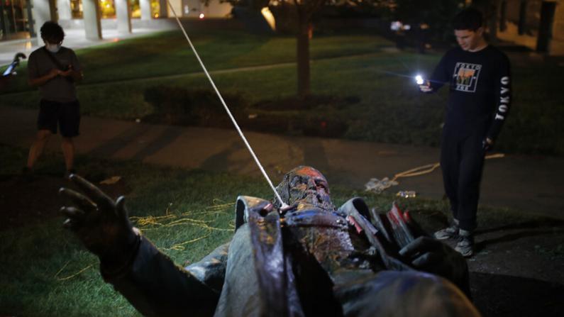 首都邦联将军雕像被毁 川普斥抗议者:国家耻辱