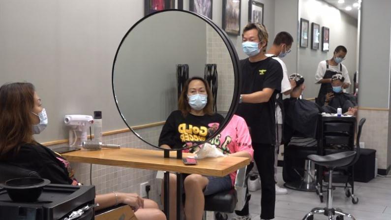 纽约市理发店重开一周约满 首位顾客:四个月没理发忍不了!