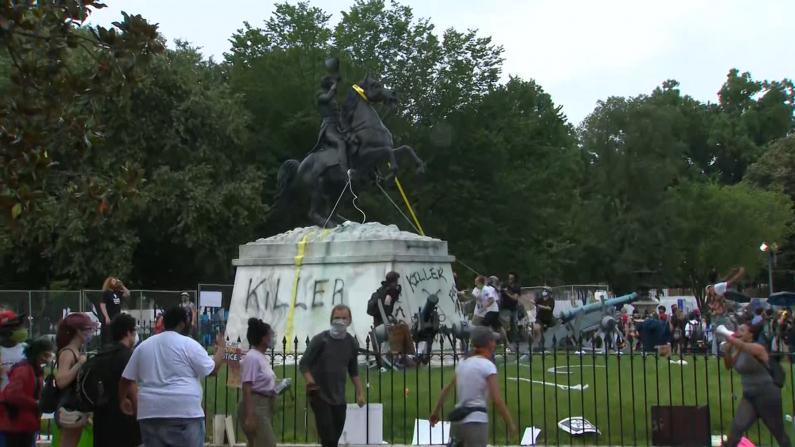 抗议者试图拆毁白宫附近雕像 川普警告:监禁10年!
