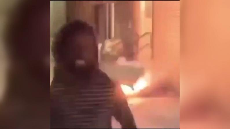 残忍!纽约男子点燃烟花后朝流浪汉扔去……