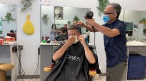 """【新移民体验】理发店和商场重新开张 我们""""斗胆""""去体验了一把"""