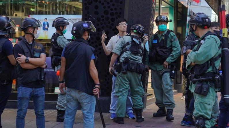 香港再现游行示威 53人涉嫌非法聚集被捕 包括两名区议员