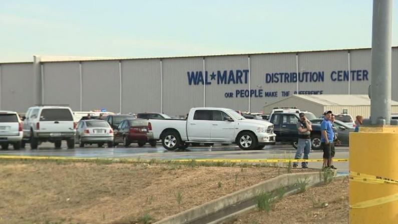 加州一沃尔玛物流中心爆枪击 酿至少2死4伤