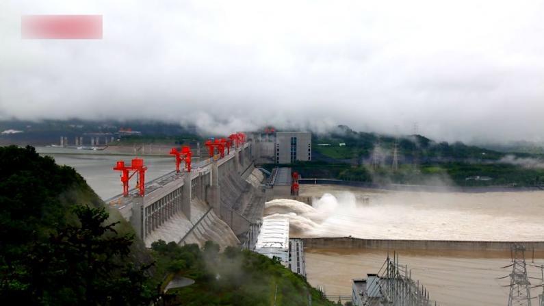 长江中上游强降雨不断 三峡水库今年首次开闸泄洪