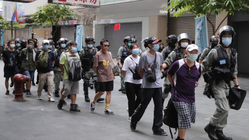 示威者非法集结搞破坏 港警拘至少300人 9人涉违香港国安法
