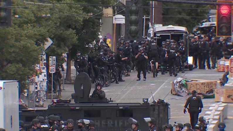 """警方进驻西雅图""""自治区""""清场 工作人员拆除帐篷障碍"""