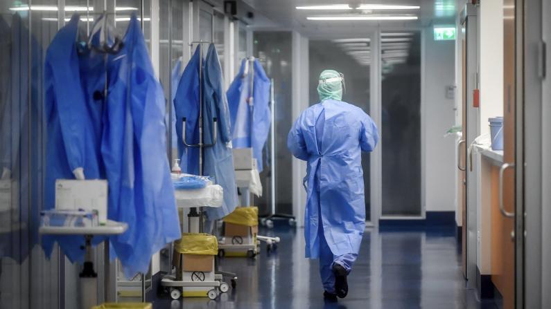 美国单日新增确诊病例连破纪录 月底或再有2万人死于新冠病毒