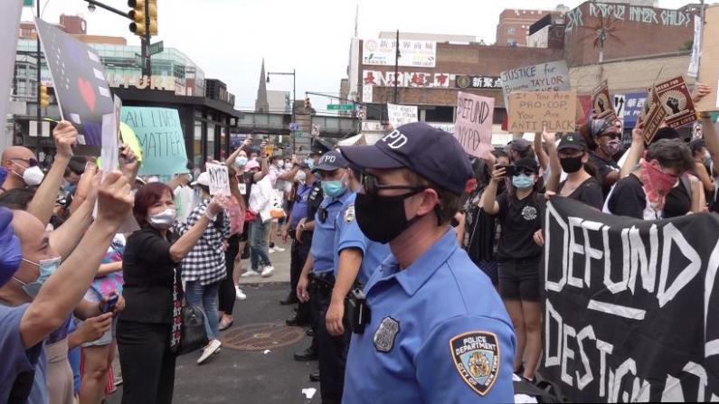 """""""没警察谈何治安"""" 纽约法拉盛百人挺警 与反警者对峙"""