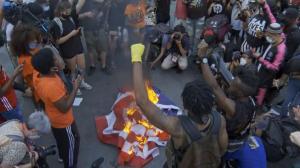 总统独立日讲话吁团结批极左 示威者焚烧国旗抗议