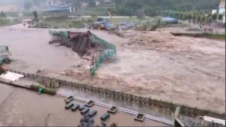 """中国多地强降雨持续 武汉""""看海"""" 黄山道路被冲毁"""