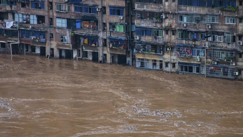 暴雨数日致多城内涝 江西上饶洪水近三层楼高 中国27省4500多万人受灾