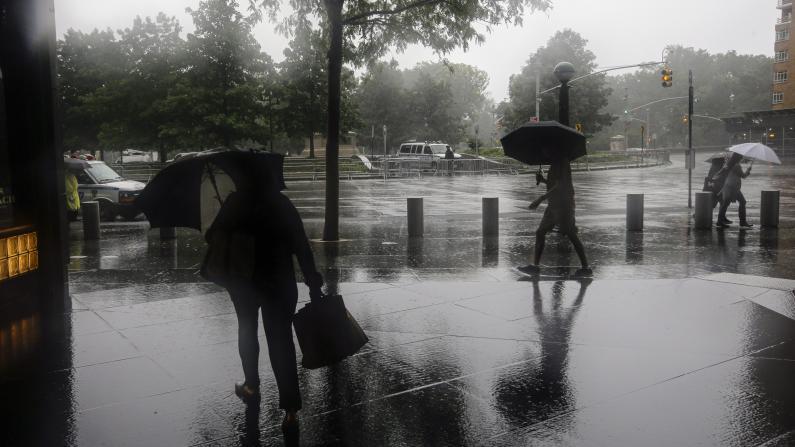 """热带风暴""""费伊""""携大雨强风登陆美东:道路积水 民众出行难"""