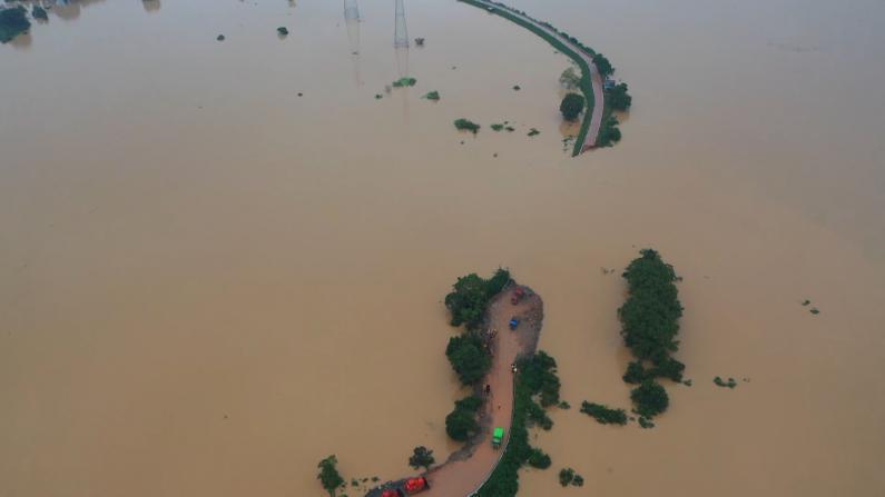 江西鄱阳县十余座圩堤溃决 决口宽逾百米 被淹民房只见屋顶