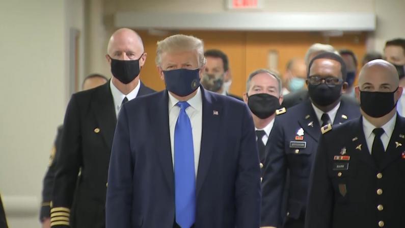 探望美军伤兵 川普首在公开场合戴口罩