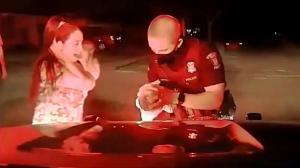 密歇根警员救助窒息婴儿安慰家人 车载摄像头记载全程