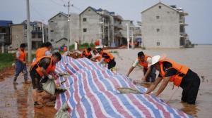 湖北黄冈长江干堤突现散浸 上千居民紧急动员修补抢险
