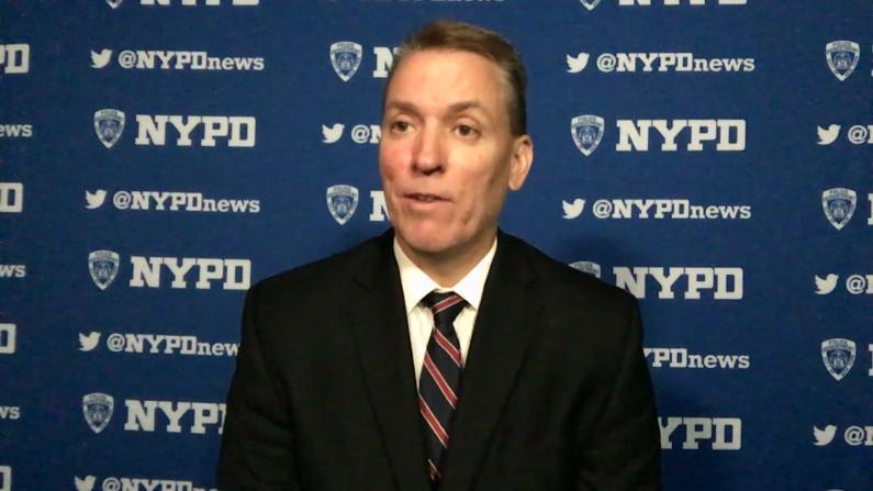"NYPD局长:法律给警员""戴上手铐"" 我们需要支持"