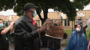 底特律家长围堵校车抗议学校开学 白宫:科学不应挡道开学