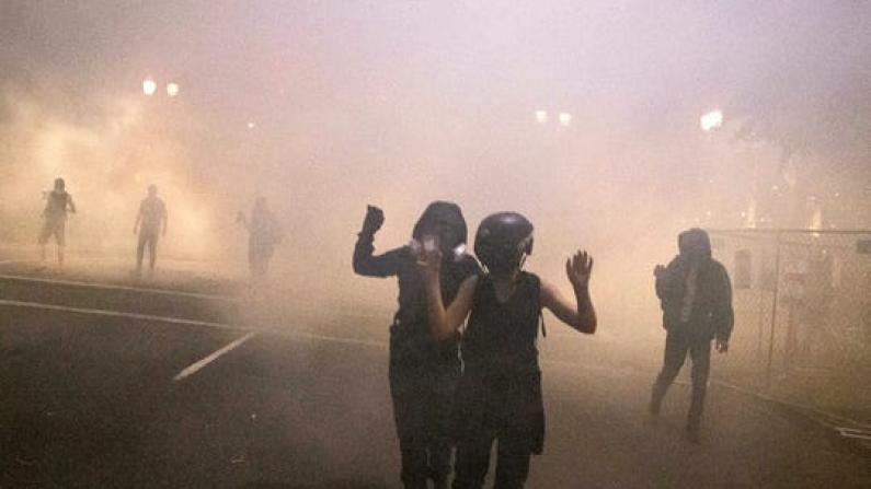 波特兰街头示威持续50余天 联邦执法者放催泪弹驱散人群