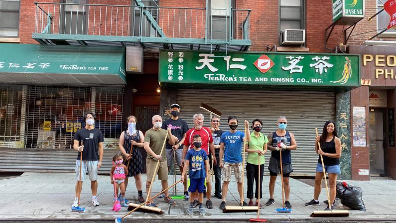"""户外用餐街道却恶臭难闻 纽约华埠居民自发""""洗街"""""""