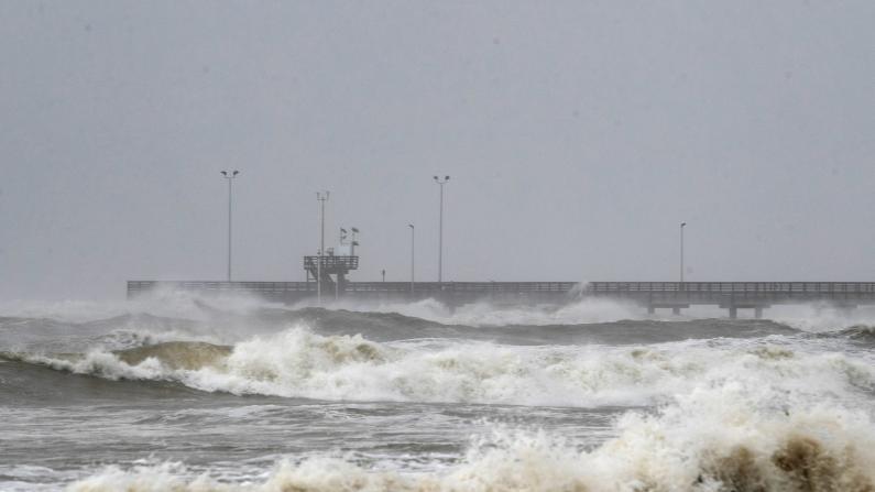 """2020年首个飓风""""Hanna""""逼近得州 沿岸居民备沙袋固船舶应对"""