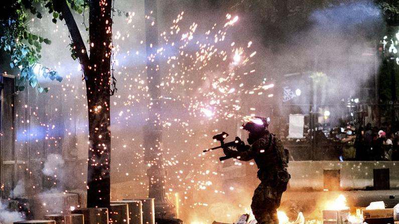 犹如战场!波特兰数千示威者同联邦执法人员再爆冲突