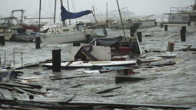 """飓风""""汉娜""""携强风暴雨袭得州:吹翻房顶 致25万户断电"""