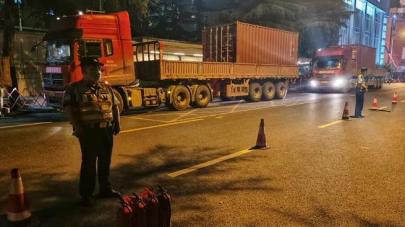 【现场】美驻成都总领馆关闭前一夜 五辆运输卡车载集装箱离开