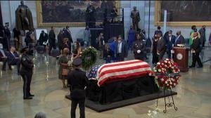 已故非裔民权先驱刘易斯灵柩运抵国会大厦 民众沿路致敬