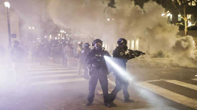 波特兰示威第62天:联邦大楼遭砖头爆竹攻击 地方警察介入清场