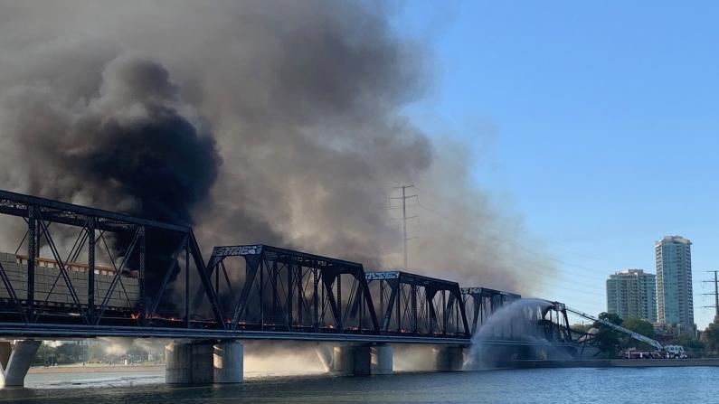 亚利桑那货运火车脱轨 铁路桥燃烧坍塌
