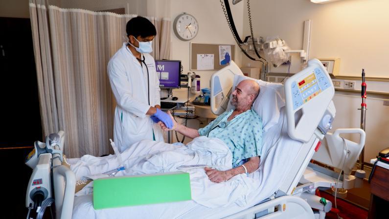 """62岁新冠患者双肺移植后 """"这是一个奇迹"""""""