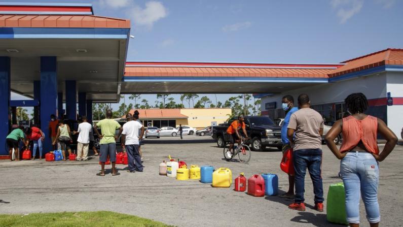 飓风将至!佛州进入紧急状态 民众抢购物资 加油站大排长龙