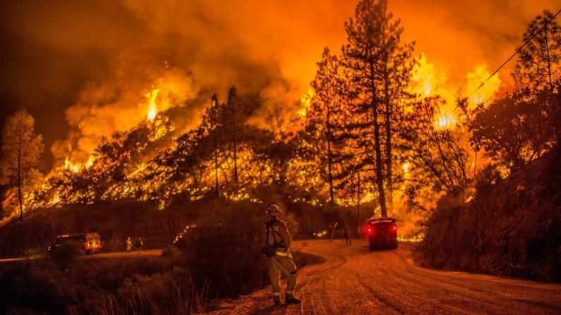 南加州樱桃谷山火失控!延烧逾1.5万英亩 约8000人紧急撤离