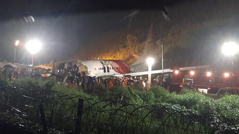 印度客机雨夜降落冲出跑道 机身两段死伤过百
