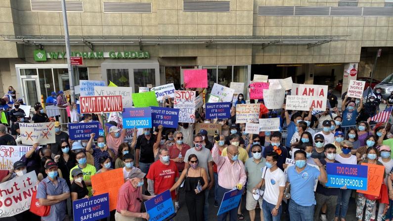 纽约华人聚居区酒店收容获释犯人 300居民抗议要求市府回应