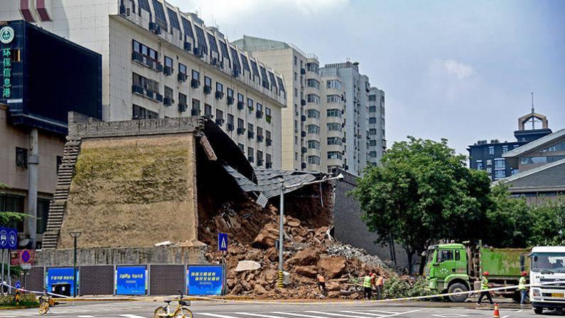 西安明秦王府一处城墙坍塌:多车被埋受损