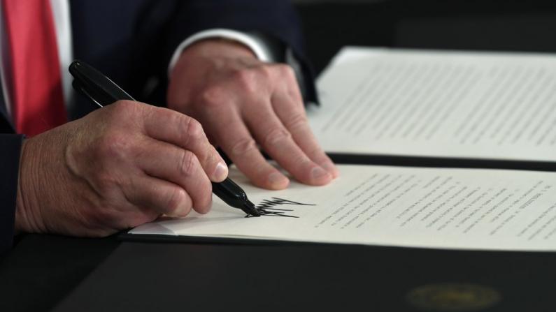 川普签四项疫情纾困行政令:每周$400额外失业补助 免工资税