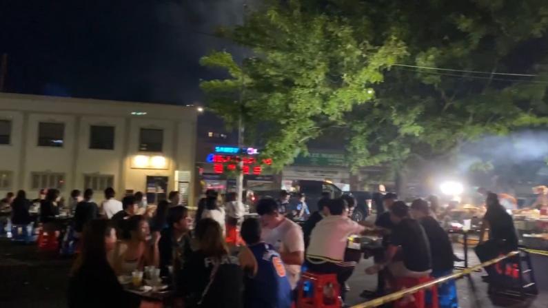 人满为患 纽约市一些户外用餐点等位到10点