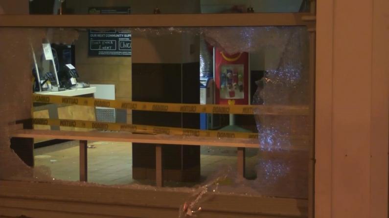 芝加哥发生大规模骚乱 数家奢侈品店遭劫 市长:无耻!