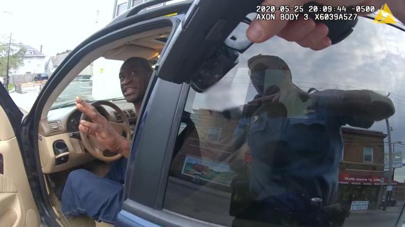 一相遇就拔枪 佛洛依德事件警察随身摄像头画面公开