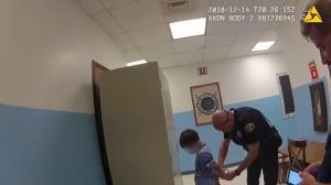 8岁小男孩学校闯祸竟被拷手铐带走 佛州警方执法遭质疑