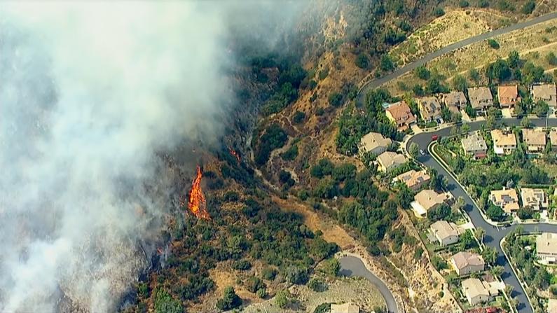 持续高温 多处山火逼近洛杉矶居民区