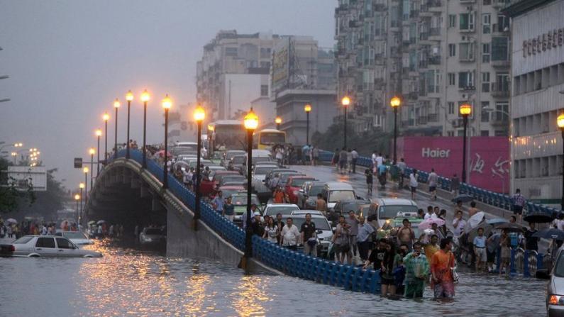 四川多地再遇暴雨 不少城市内涝严重