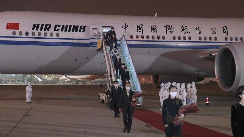 中国驻休斯敦总领馆全体馆员离美回国 王毅机场迎接