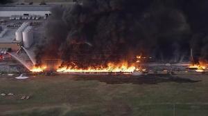 得州垃圾袋工厂半夜起火浓烟蔓延 高压电线塔受牵连