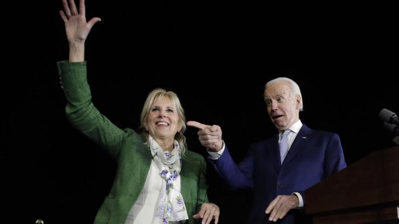 """拜登正式获民主党提名征战大选 克林顿力挺 麦凯恩""""亮相"""""""