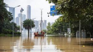 特大洪峰袭山城 重庆紧急转移6万人 三峡大坝首次开启11孔泄洪