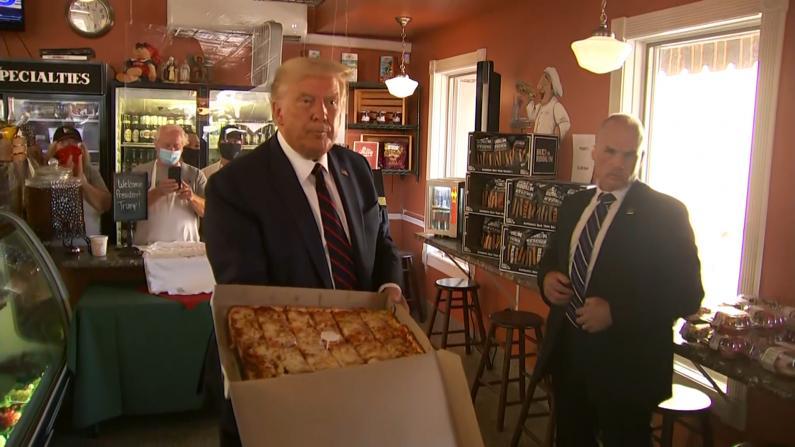 【现场】川普在拜登故乡竞选后顺路点披萨 与支持者热情互动