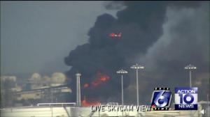 得州港口爆炸多人落水失踪 疑驳船撞断天然气管道所致
